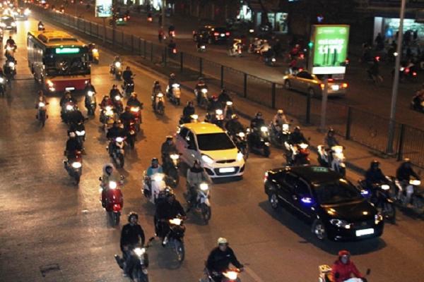 Lỗi ô tô không bật đèn khi đi vào buổi tối phạt thế nào?