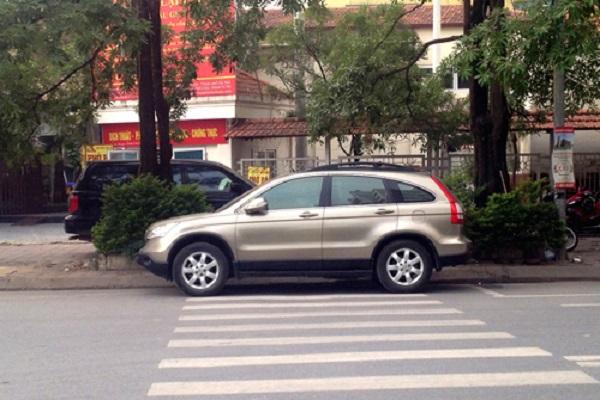 Đỗ ô tô ở phần đường dành cho người đi bộ qua đường sẽ bị phạt bao nhiêu?