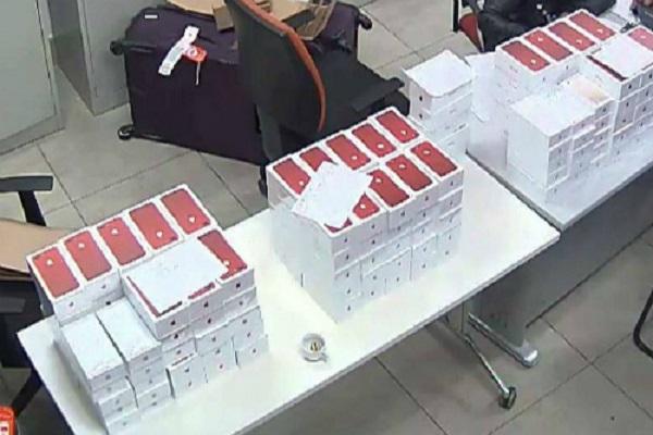 Tịch thu lô hàng iPhone 7 plus đỏ tại sân bay Nội Bài