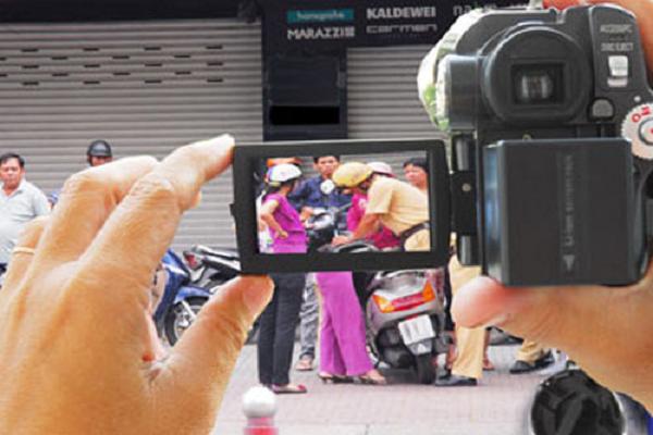 Có cấm dùng điện thoại quay cảnh sát giao thông xử phạt?