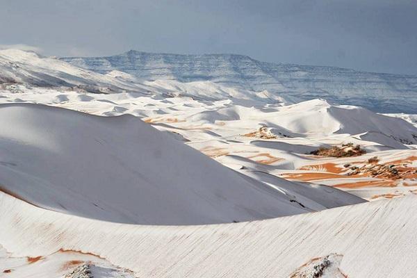 Bất ngờ khi tuyết rơi dày bao phủ sa mạc Sahara