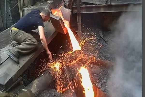 Dị nhân dùng tay trần nhúng vào thép nóng chảy hàng ngàn độ, liệu có tin được không?