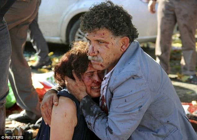 Trong khi đó, hàng nghìn người đã xuống đường tại một số nước châu Âu để lên án vụ tấn công đẫm máu ở Ankara. Riêng tại Istanbul, Thổ Nhĩ Kỳ, con số này lên đến 10.000 người.