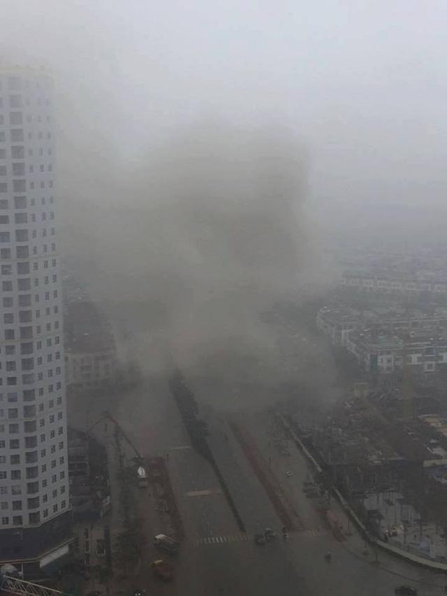 Cột khói bốc lên các khu vực xung quanh.