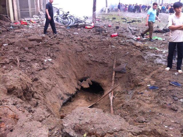 Một hố sâu được tạo ra trước cửa ngôi nhà xảy ra vụ nổ