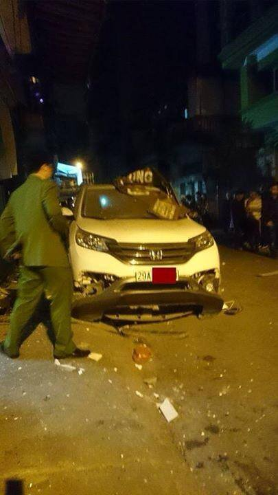 Ô tô phát nổ vào rạng sáng khiến xe bị hư hỏng nặng và các  nhà xung quanh bị biến dạng