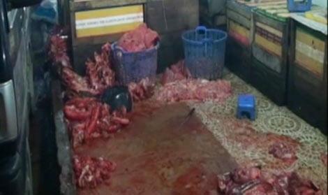 Thịt heo và nội tạng bò vứt la liệt trên nền nhà dơ bẩn chuẩn bị đưa đi tiêu thụ.