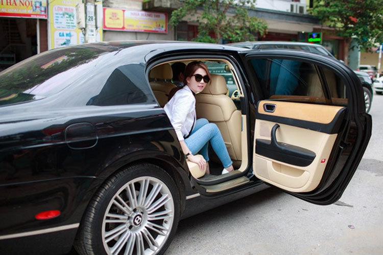 Ngoài chiếc Bentley Continetal Flying Spur, ''Nữ hoàng nội y'' Ngọc Trinh còn từng dùng nhiều siêu xe khác đến tham dự sự kiện. Ảnh: Kiến thức