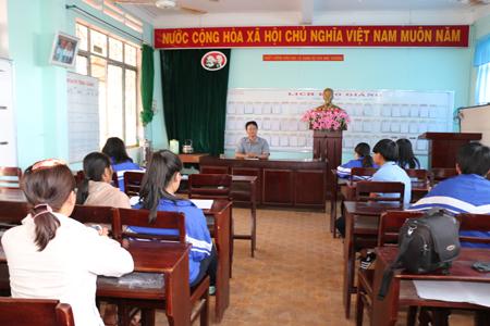 Hiệu trưởng Trường THPT Huỳnh Thúc Kháng làm việc với các học sinh và phụ huynh về vụ việc nữ sinh đánh nhau quay clip