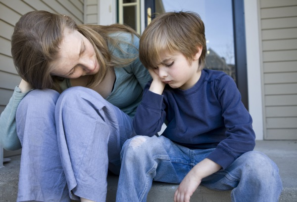 Để ngăn chặn tình trạng học sinh tự sát hoặc tự hủy hoại bản thân, các bậc phụ huynh cần lưu tâm đến con cái nhiều hơn