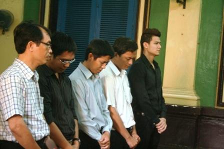 Người mẫu Vĩnh Thụy cùng 1 nam tiếp viên Việt Nam Airlines bị khởi tố do buôn lậu đồ điện tử
