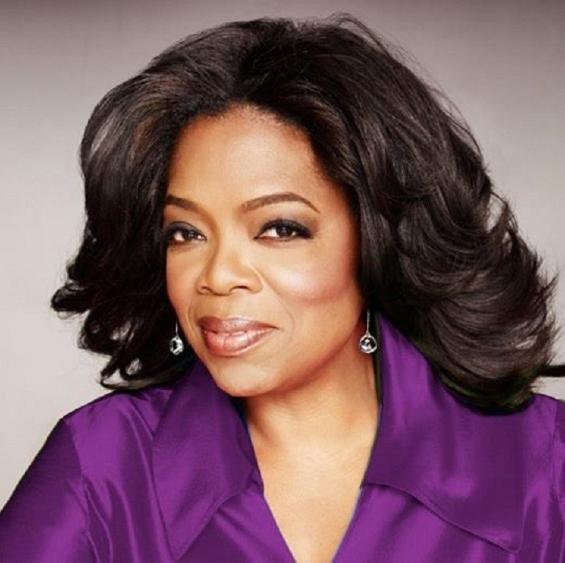 03. Oprah Winfrey  Người phụ nữ quyền lực đứng thứ 14. Tuổi: 60.  Tổng tài sản: 3 tỷ USD  Bà hoàng truyền thông, Mỹ. Mặc dù tròn 60 vào tháng Một vừa rồi, Oprah vẫn còn đang trong thời kì huy hoàng của sự nghiệp. Chương trình truyền hình của bà luôn là tâm điểm trong năm qua. Oprah Winfrey đã làm nên kì tích: đảo ngược vận mệnh của riêng mình sau khi trải qua một quá khứ sóng gió.