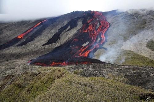 Núi lửa Le Piton de la Fournaise bất ngờ phun trào khiến mọi hoạt động tìm kiếm máy bay Malaysia MH370 mất tích bí ẩn bị ngừng lại