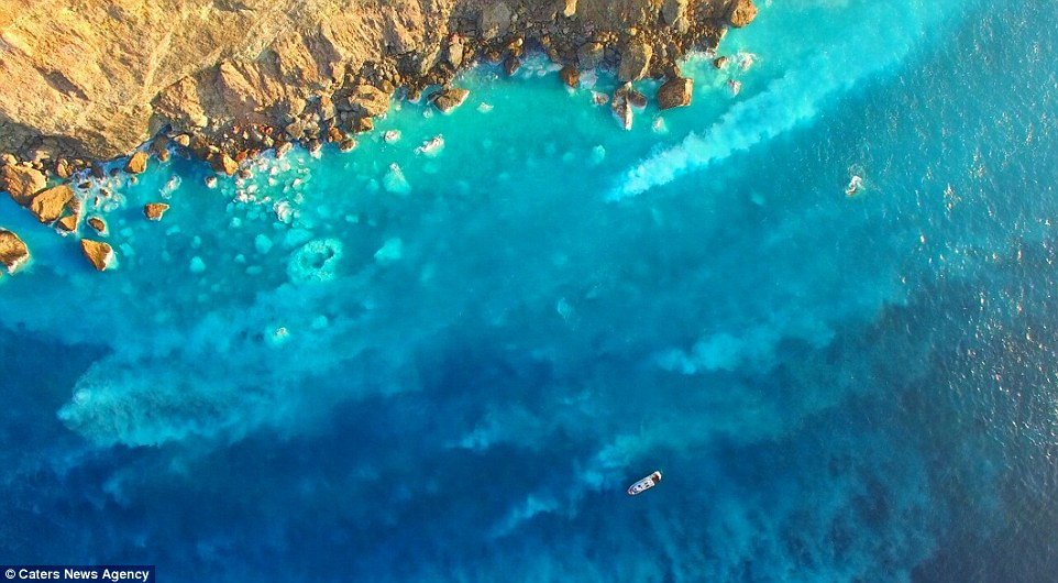 Một nhà khoa học đã ghi lại được cảnh núi lửa phun trào dưới đáy biển cực hiếm từu trên cao