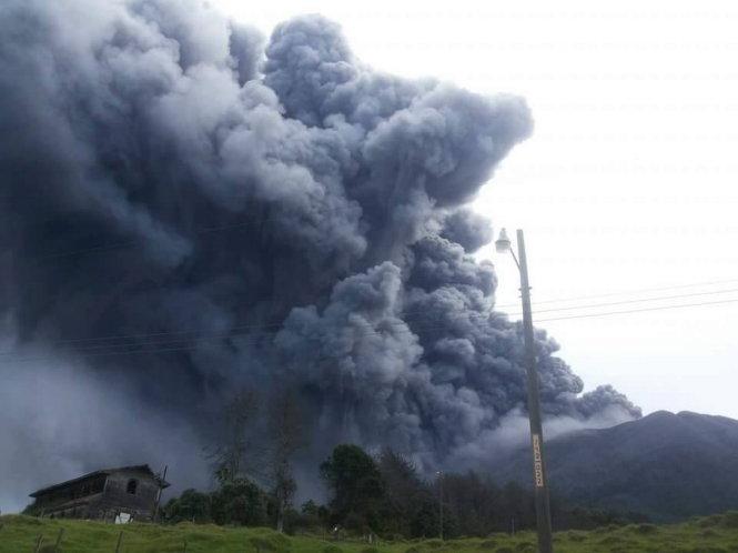 Cột tro khói bốc cao từ nơi núi lửa phun trào