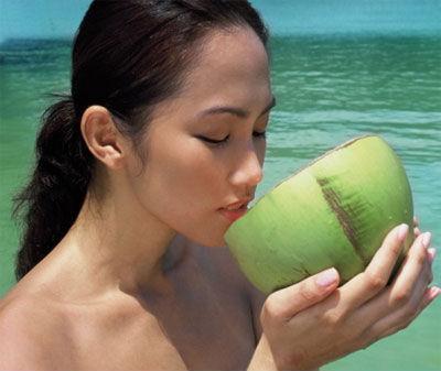 Phụ nữ mang thai là một trong số những người không nên uống nước dừa