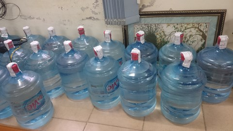 Những thùng nước Lavie giả