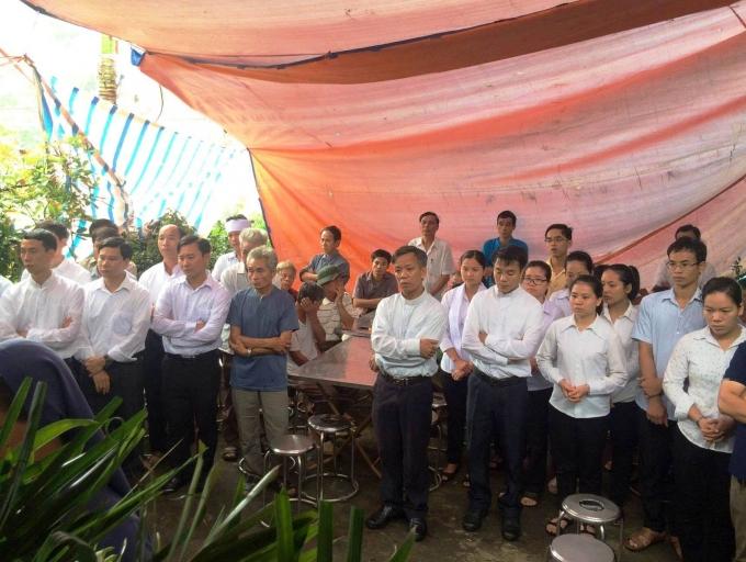 Ai cũng ngậm ngùi trước cái chết bất ngờ của chị Phạm Thị Oanh. Ảnh pháp luật Plus