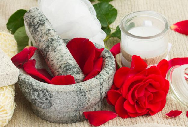 Làm đẹp da bằng nước hoa hồng giúp loại bỏ da chết hiệu quả