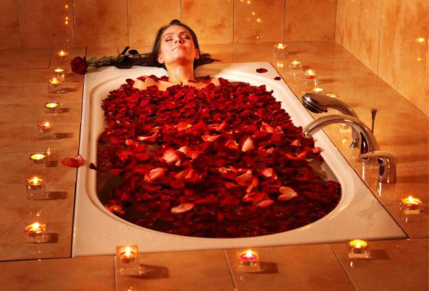 Ngâm mình với hoa hồng không chỉ giúp làm đẹp da mà còn là biện pháp thư giãn tuyệt vời