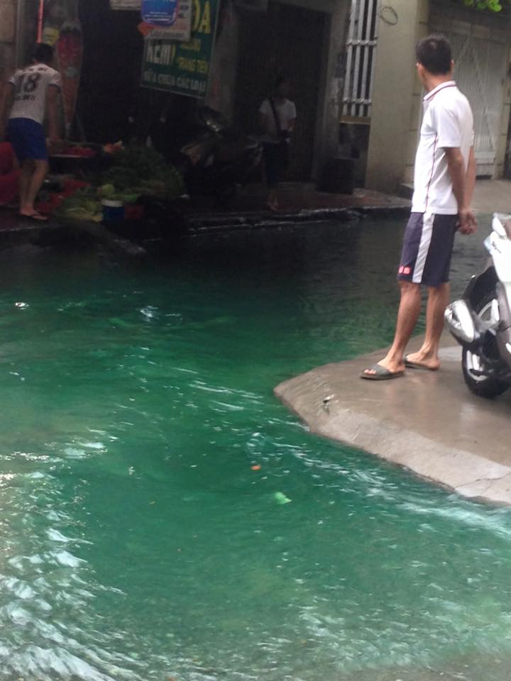 Xuất hiện dòng nước xanh trên phố Hà Nội