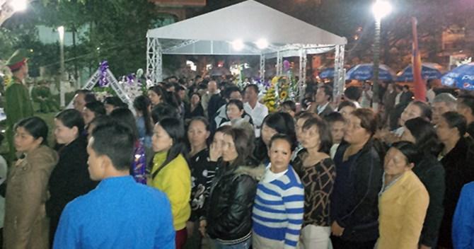 Dù đêm tối, người dân Đà Nẵng cũng không ngại xếp hàng vào viếng ông Nguyễn Bá Thanh