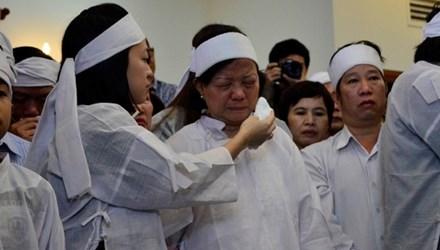 Con gái ông Nguyễn Bá Thanh lau nước mắt cho mẹ trong giờ truy điệu sáng 16/2