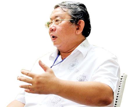 Ông Phạm Văn Sáng trao đổi xung quanh vấn đề sở hữu trí tuệ với quả bưởi Tân Triều
