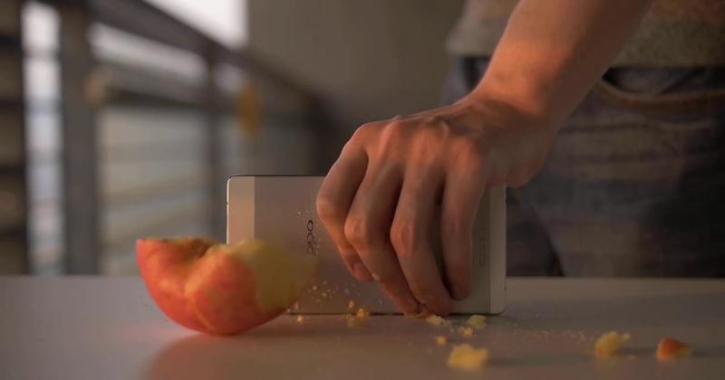 Smartphone mỏng nhất thế giới hiện tại Oppo R5 đã hoàn thành thử nghiệm chặt đôi quả táo