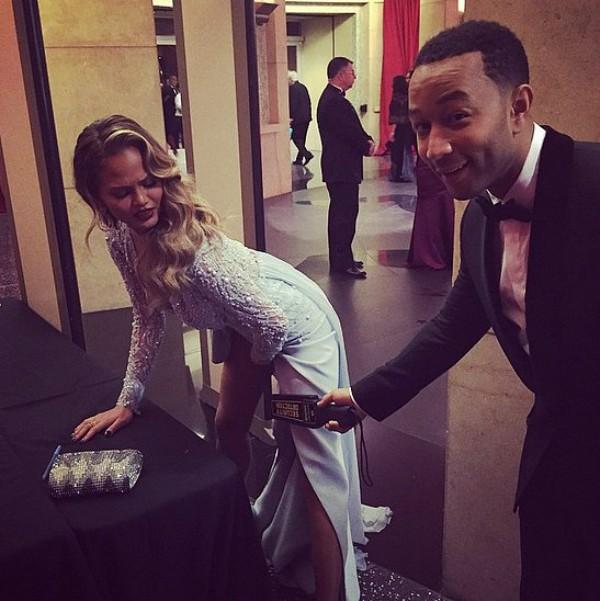 Chrissy Teigen và John Legend đùa cợt đằng sau hậu trường khi biết an ninh của Oscar 87 được thắt chặt hơn so với mọi năm