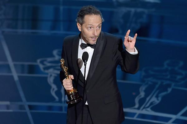 Emmanuel Lubezki nhận giải Quay phim xuất sắc nhất cho những cảnh quay trong phim Birdman. Ảnh VTV