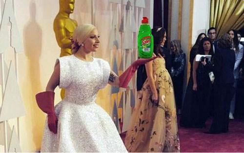 Với đôi găng tay màu đỏ, Gaga bị cho là trông quá giống một... lao công dọ