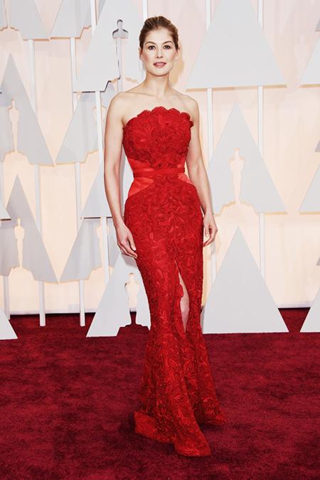 """Gone Girl"""" Rosamund Pike đẹp tựa nữ thần trên thảm đỏ Oscar 2015. Ảnh Newszing"""
