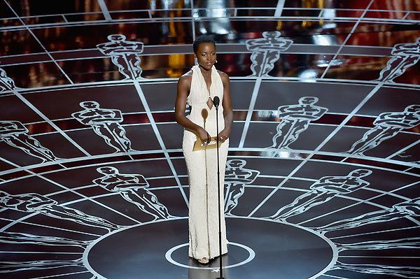 Nữ diễn viên Lupita Nyong'o là người công bố giải thưởng đầu tiên tại lễ trao giải Oscar 2015. Ảnh VTV