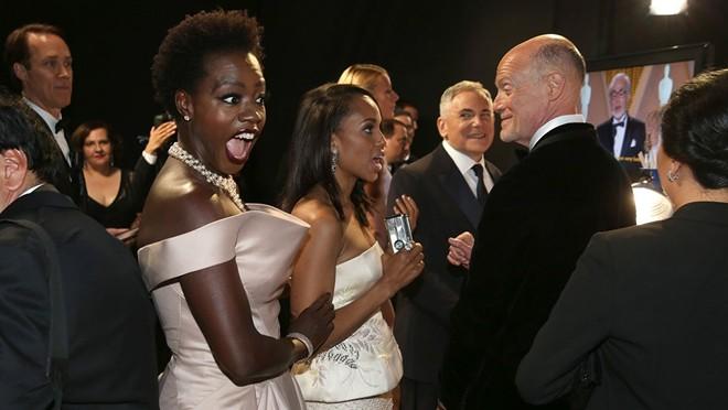 Biểu cảm thú vị của ngôi sao kênh truyền hình ABC là Viola Davis phía sau sân khấu.