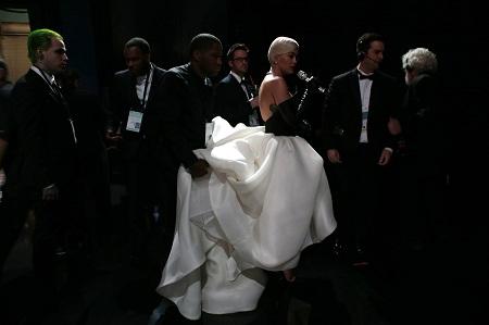 Nữ ca sĩ Rita Ora đang được Ekip chuẩn bị cho màn biểu diễn ca khúc Grateful trong phim Beyond the Lights