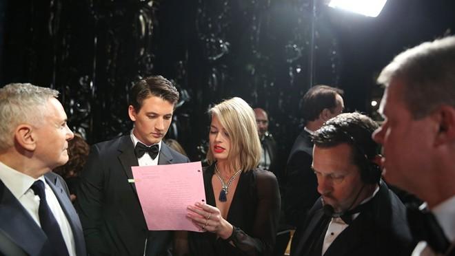 Hai diễn viên trẻ Miles Teller và Margot Robbie cùng nhau xem lại hướng dẫn trước khi bước lên sân khấu
