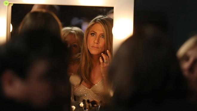 Jennifer Aniston chỉnh trang lần cuối trước khi lên trao giải thưởng