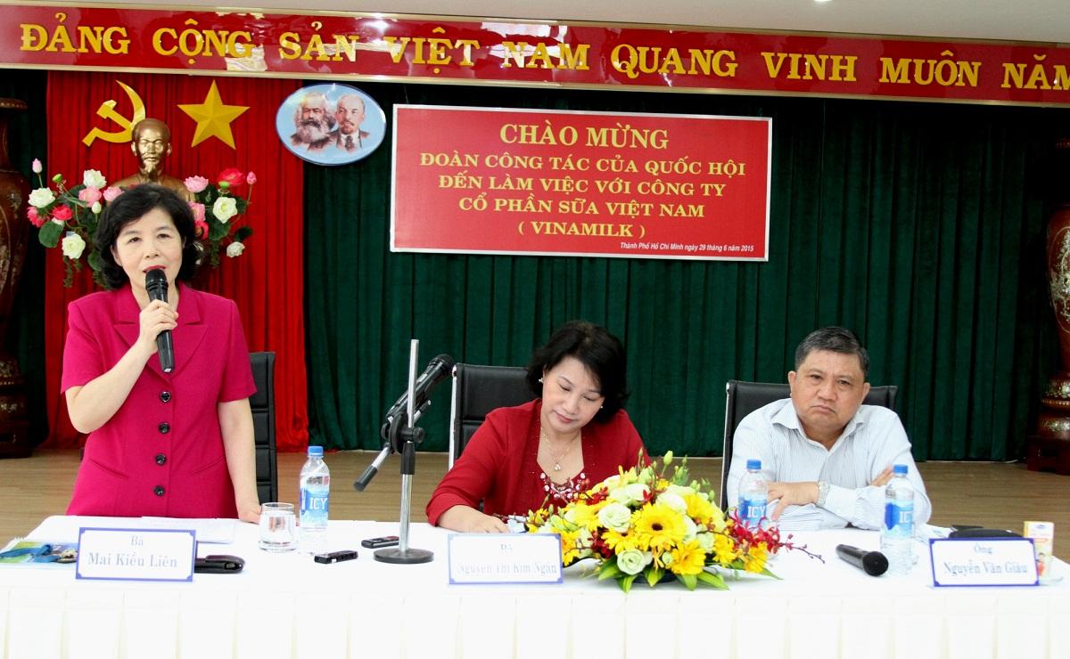 Bà Mai Kiều Liên – Chủ tịch HĐQT kiêm Tổng Giám Đốc Vinamilk báo cáo với đoàn công tác về kết quả thực hiện đề án cổ phần hóa Vinamilk từ năm 2003 đến nay