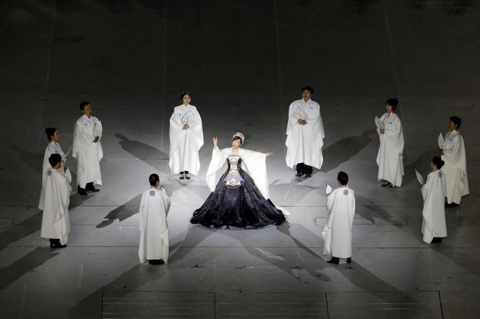 Ca sĩ opera Sumi Jo cất cao giọng ca khỏe khoắn.