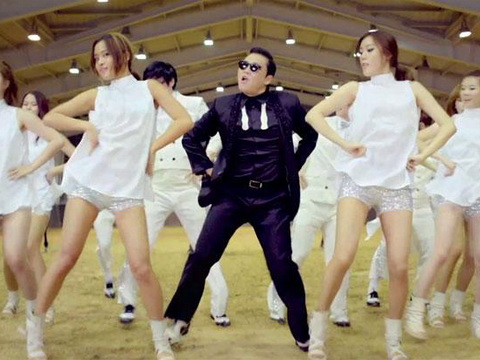 Nam ca sỹ PSY biểu diễn trong lễ khai mạc