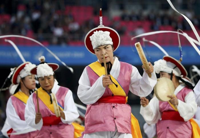 Các nghệ sĩ trình diễn điệu ca múa dân gian Pungmul của Hàn Quốc.
