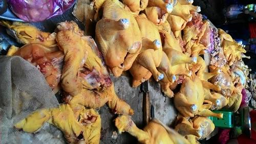 """""""Vàng ô"""" (VAT Yellow) trộn vào thức ăn chăn nuôi để tạo màu vàng cho gà trong thời gian vỗ béo gà."""