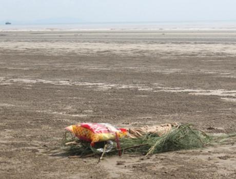Bờ biển thôn Nam Lãnh, nơi phát hiện thi thể nam giới đang trong giai đoạn phân hủy nặng
