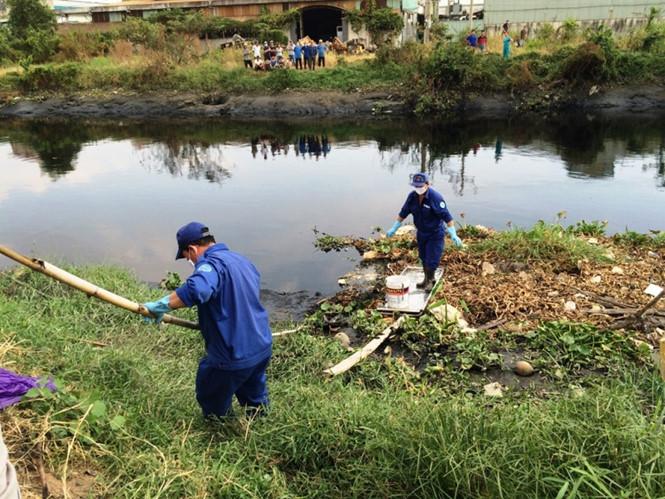 Trước đó người dân TPHCM cũng phát hiện thi thể một người đàn ông trên kênh Tham Lương