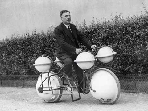 Phát minh mới về chiếc xe đạp đi trên cạn và cả trên mặt nước do người Pháp tạo ra năm 1932.