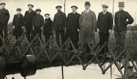 Phát minh mới có phần kỳ quặc của L.Deth, Hà Lan năm 1926. Cây cầu gấp thiết kế để sử dụng trong trường hợp cứu hộ khẩn cấp.