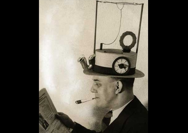 Chiếc mũ gắn radio do một nhà phát minh người Mỹ tạo ra năm 1931.