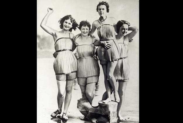 Bộ quần áo tắm bằng gỗ từ năm 1929 ở Mỹ, giúp việc bơi lội được nhẹ nhàng hơn.
