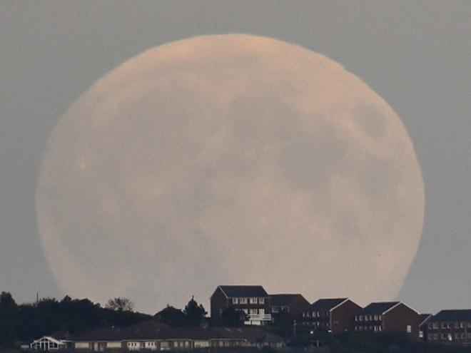 Theo NASA, phải đến năm 2033, chúng ta mới được chứng kiến sự kiện này lần nữa. Hình ảnh về siêu trăng to lớn, nổi bật trên nền thành phố Brighton ở miền nam nước Anh. Ảnh: Reuters